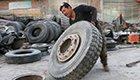独臂哥换300斤大轮胎