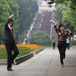 拾城(四):偷学广场舞的男子