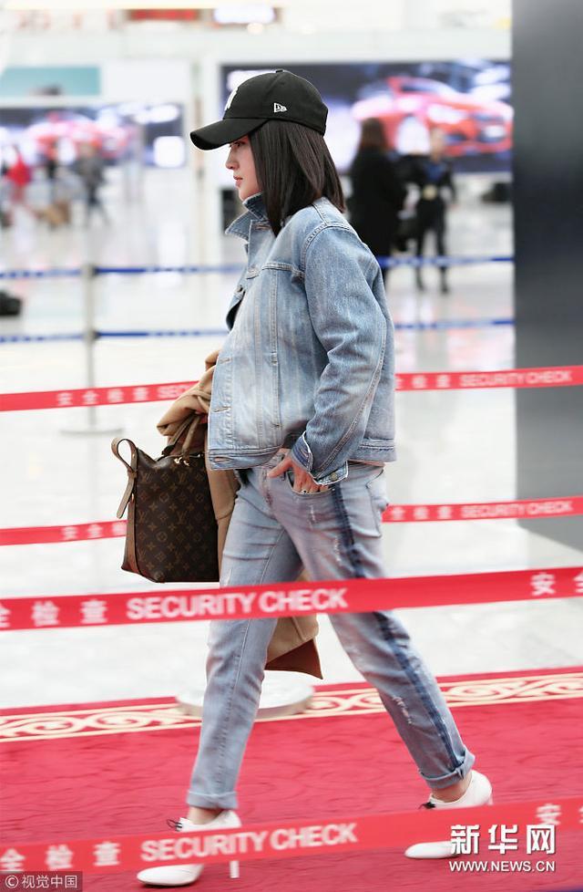 47岁杨钰莹一身牛仔装帅气十足超潇洒
