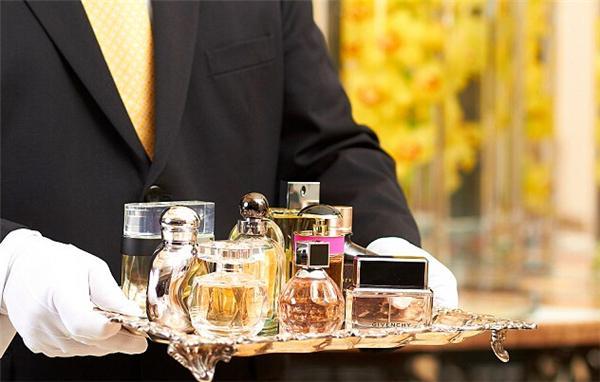 由于飞机上禁止携带液体的规定,瑰丽酒店集团的香水管家服务备受瞩目。顾客只要给前台打电话,你的香水管家就会出现在你的房外。他们随身携带十款香水,包括五款男香和五款女香,满足你的各种需求。