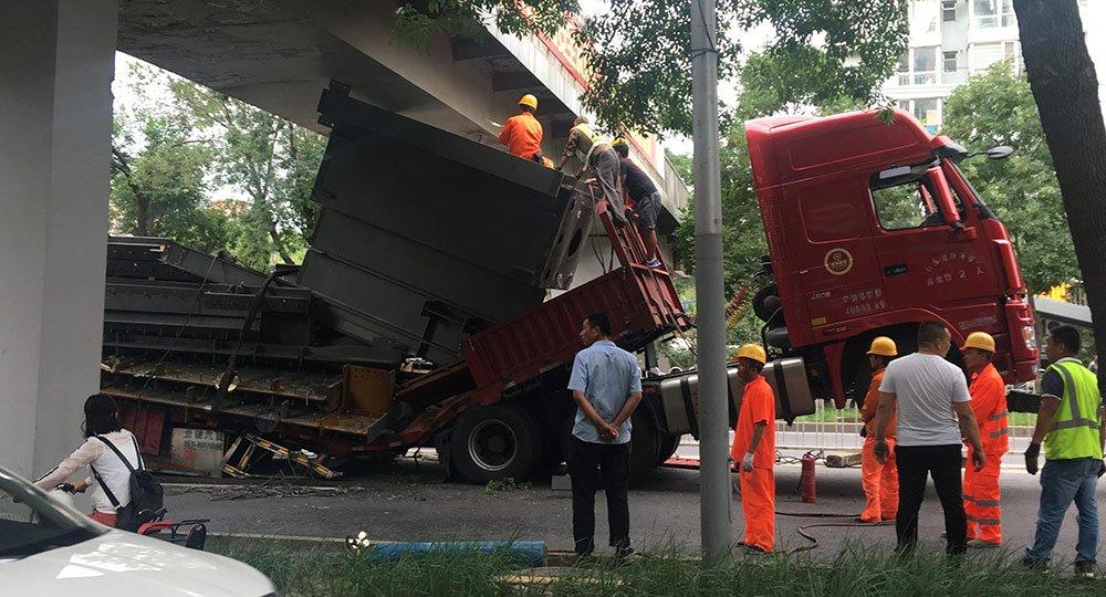 海淀一大货车卡桥 车体被现场拆卸