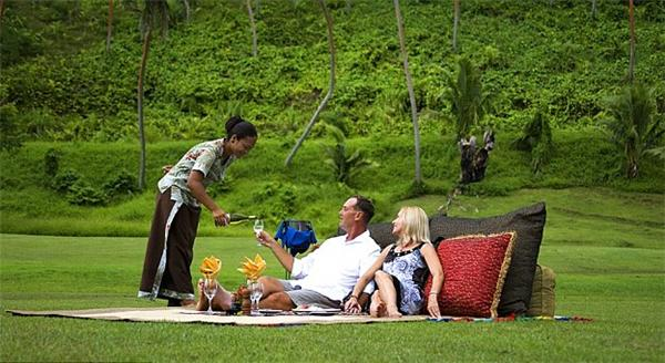 """在斐济瓦努阿莱武岛的娜玛蕾度假村,每对情侣都会以一种不同寻常的方式开始自己浪漫的野餐。入住期的某天,情侣会被""""强制""""带到一个出人意料的地方,享受度假村提供的四样菜品,体验独属二人的午后时光。野餐地千奇百怪,甚至包括瀑布和岩洞。"""