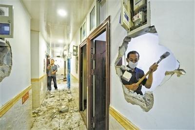 """""""外墙挂数十空调""""违规出租房被拆"""