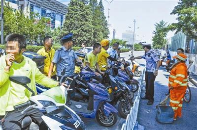 交警严查外卖送餐车闯红灯 将为送餐车开辟停车区