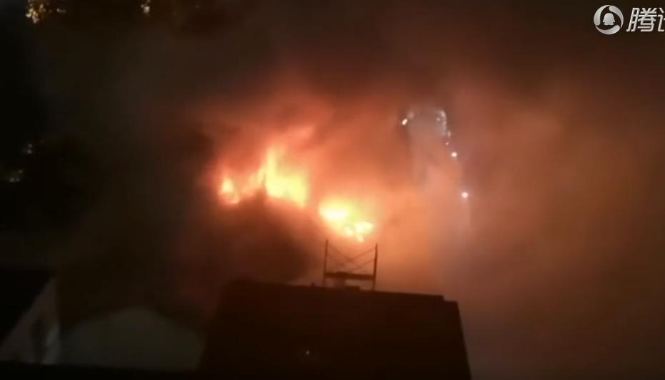 人大宿舍楼顶起火
