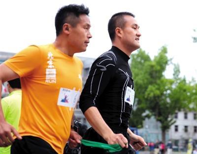 盲人按摩师爱马拉松 5小时跑完二环