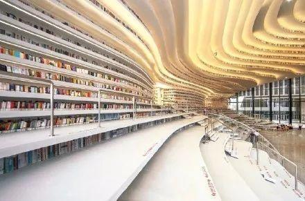"""既是书山,也是滨海之眼,整座图书馆,最夺目的就是中庭的""""书山""""造型.图片"""