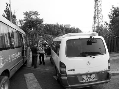 有车停在禁停线上接人 北京南站开展整治