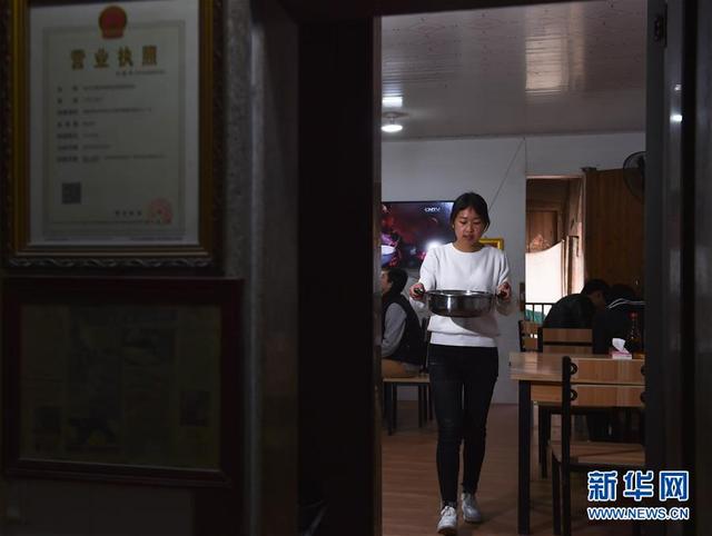 """""""95后""""女大学生返乡卖面条 月营业额超6万"""