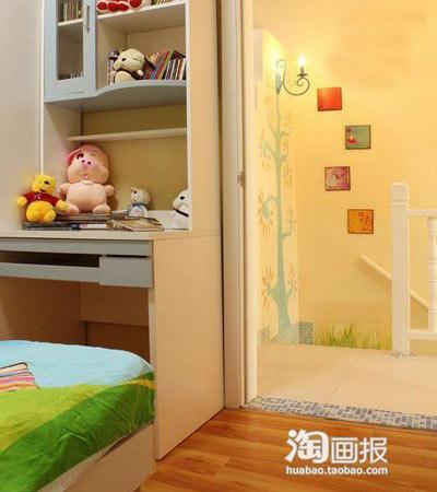 40平小户型复式装修:从小孩房往楼梯这里看去,看到那里的手绘墙和壁灯