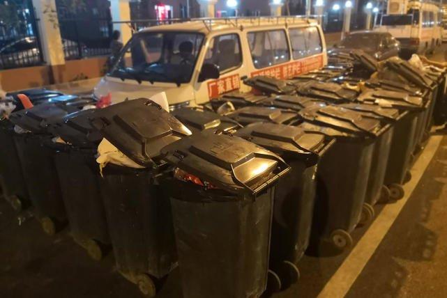 北京朝阳一面包车占道 大爷用50个垃圾桶围堵