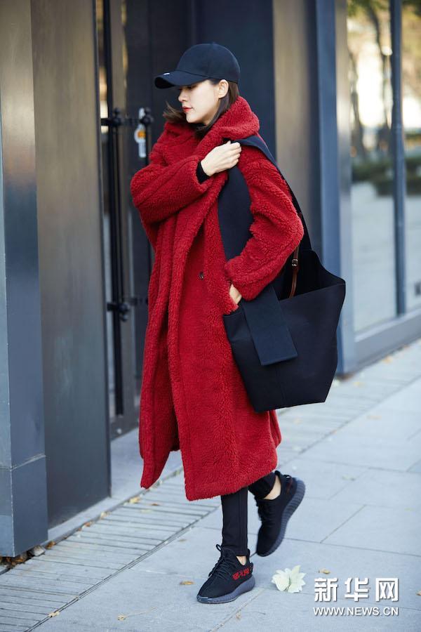 王智低调出行 身穿红色大衣简单大气