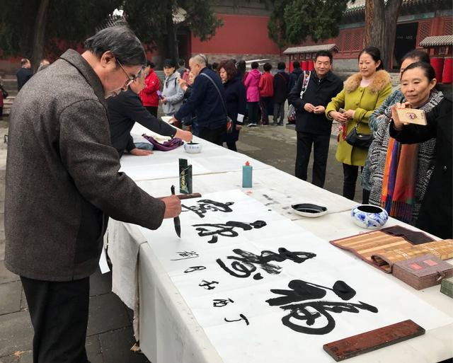 活动邀请了擅长于剪纸,编织,泥塑,毛猴,面塑等工艺的民间老艺人以及