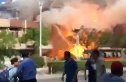 餐馆爆炸现场火光冲天
