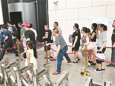 国博馆外护栏绳每天损坏5根 游客排长队有人拉拽绳子