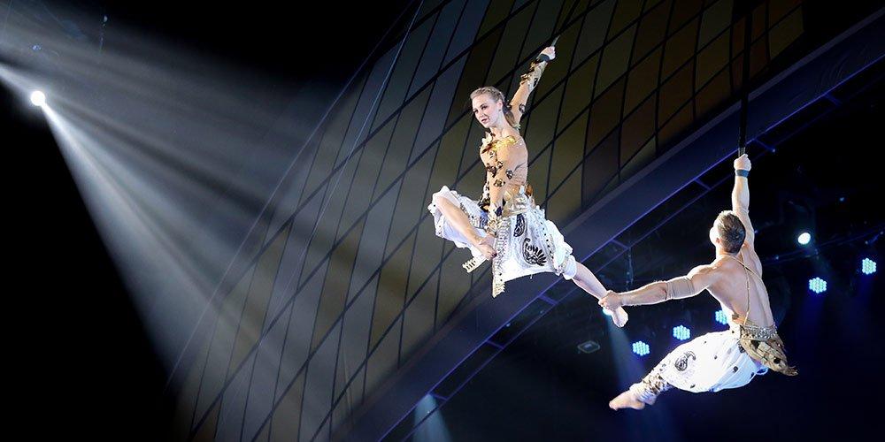 【燕女郎第172期】90后女飞人空中秀恩爱 一根皮绳飞跃20多个国家