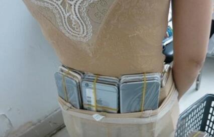 女子身绑102部手机