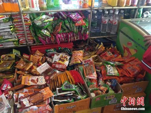 """北京整治校园周边""""五毛零食"""" 清退相关食品"""