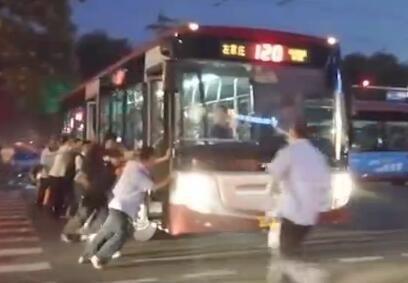 工体爆堵公交司机疏导