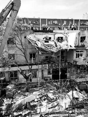 朝阳一宿舍楼悬空违建被拆除 街道办为部分住户提供出租房屋