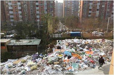 海淀新建小区集中装修 墙外垃圾成山