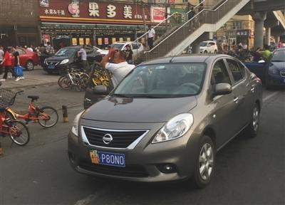 北京多地铁站周边非京牌车扎堆揽客