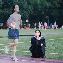 北京女孩拍创意毕业照 回看四年前的自己