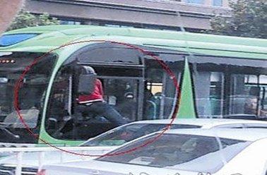 通州两男子开车碰瓷 作案时专盯公交车