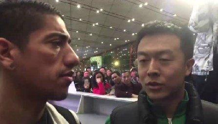 令人动容!国安球迷赴机场送别拉尔夫泣不成声