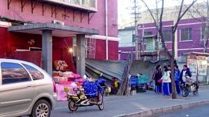 垂杨柳西里小区居民楼门洞被商贩长期占用做买卖