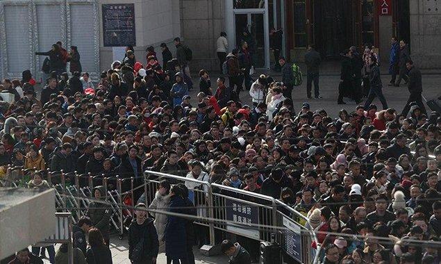 北京站迎客流高峰 返京旅客摩肩接踵