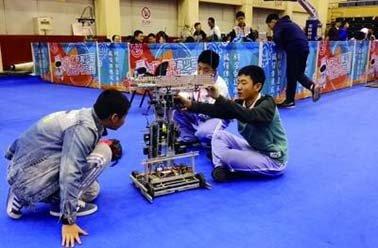 """581名学生在北工商上演""""机器人大战"""""""