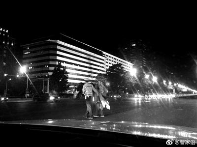 扶流浪老人过马路 北京一交警小伙成网红