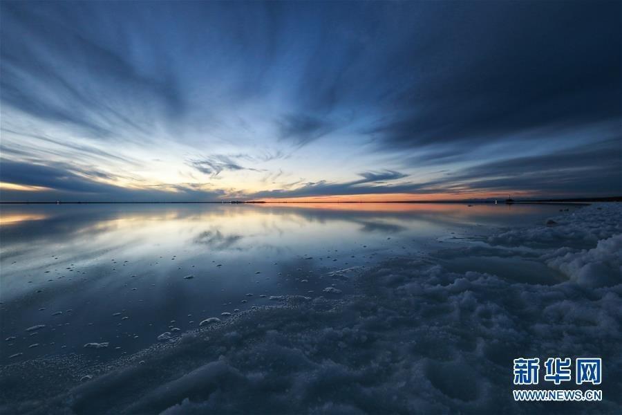走进察尔汗盐湖