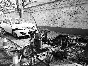 小吃车凌晨爆炸十余辆汽车被损毁 父女俩被玻璃割伤