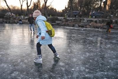 清华荷塘两学生踩冰落水 1人溺亡
