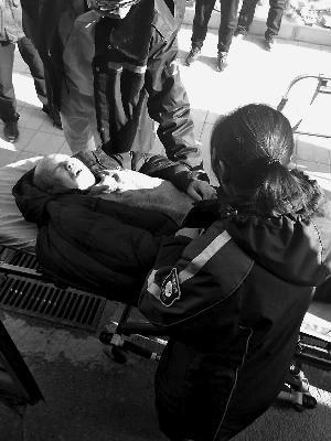 乘客昏厥 北京一公交售票员帮忙送医