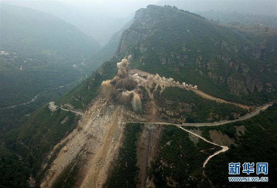 北京房山军红路实施爆破清理