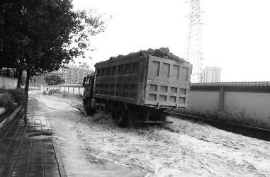 烧烤摊摆在道中央 路面坑洼积水难行