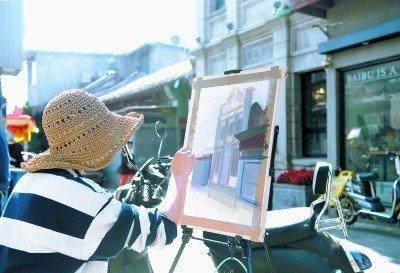 北京大学生用画笔描摹老巷新生