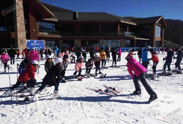张家口万名小学生滑雪体验活动在崇礼启动