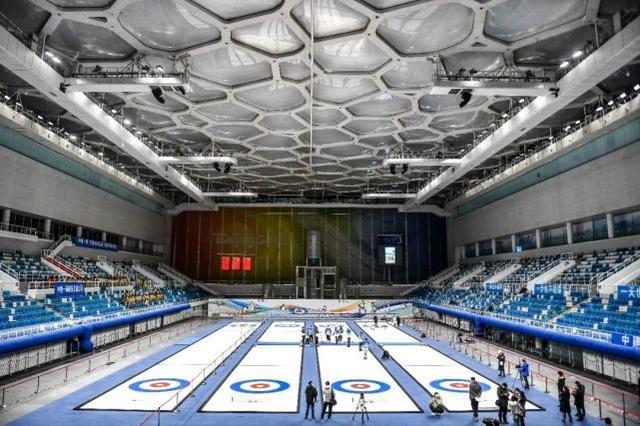 """国家游泳中心完成第二次""""水冰转换"""" 全民冬奥冰壶体验项目向公众开放"""