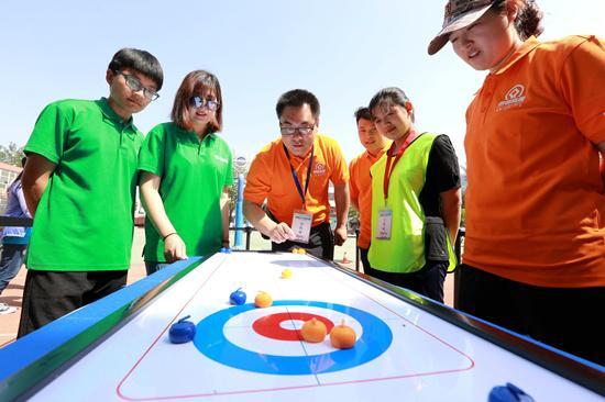 北京市朝阳区安贞街道举办全民健身体育节 设置冬奥项目体验区