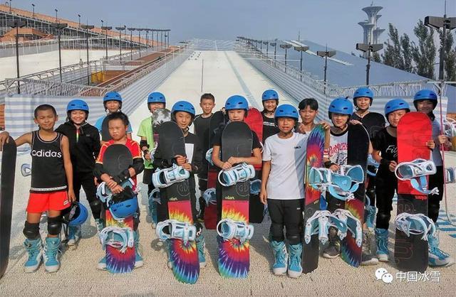 单板滑雪跨项跨界青年队北京旱雪训练