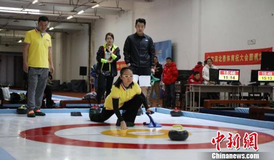 没有冰也可玩冰壶 陆地冰壶首次在黑龙江运动会上亮相
