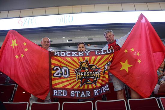 武汉冰球少年异乡支持昆仑鸿星 俄罗斯老人成忠实拥趸