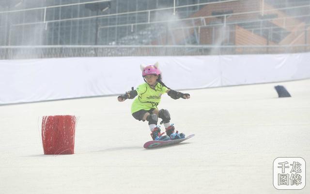 首届京津冀青少年夏季滑雪挑战赛举行 全国范围内尚属首次