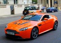 橙色阿斯顿马丁V12 Vantage激情四射
