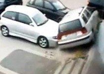 监控实拍史上最牛女司机停车