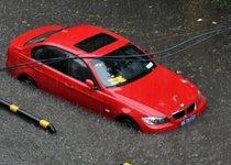 城市大雨水泡汽车的壮观场面
